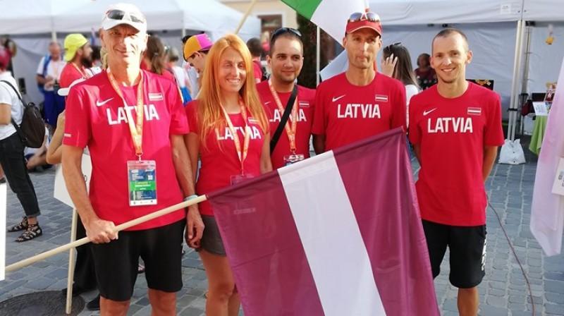 Andris Dudelis (no kreisās), Sandra Brāle, Ruslans Mamedovs, Raivis Zaķis un Artūrs Bareiķis pirms pasaules čempionāta. Foto no A. Dudeļa Facebook profila