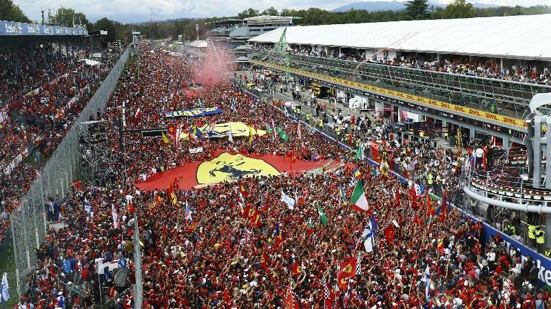 Fanu pūlis Moncas trasē. Foto: Monza.net