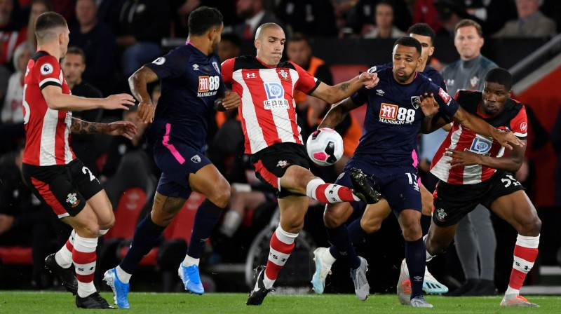 """Cīņa par bumbu starp """"Bournemouth"""" un """"Southampton"""" spēlētājiem. Foto: Reuters/Scanpix"""