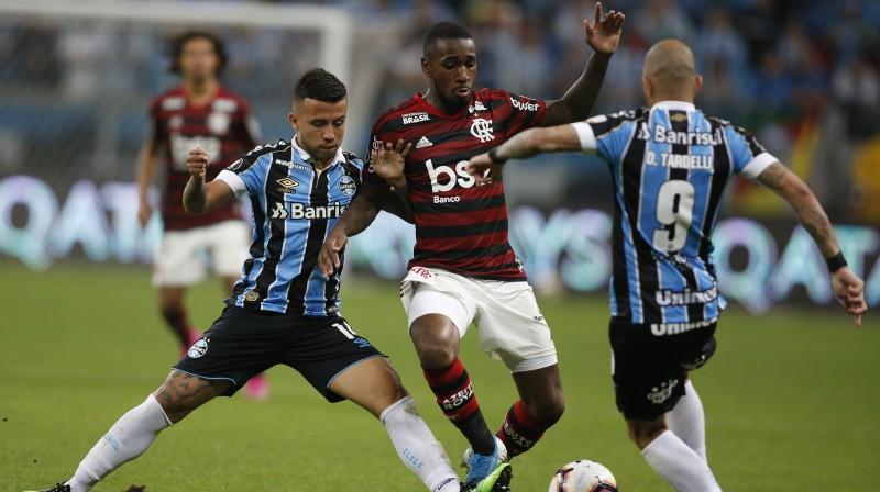 "Epizode no cīņas starp Portualegri ""Grêmio"" un Riodežaneiro ""Flamengo"" komandām. Foto: Edison Vara/AP/Scanpix"