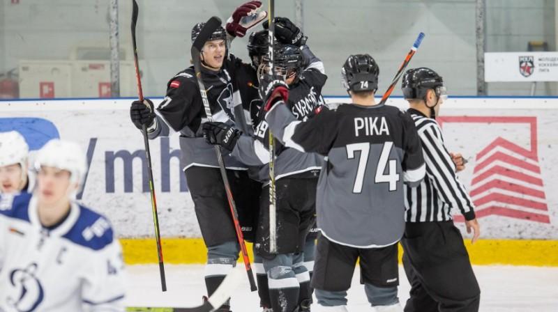 """""""Rīgas"""" hokejisti priecājas par vārtu guvumu spēlē pret Maskavas """"Dynamo"""". Foto: Kaspars Volonts"""