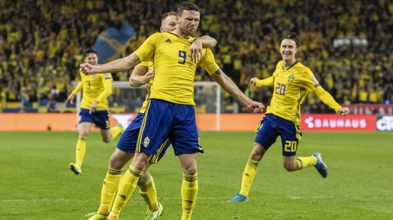 Zviedrijas izlases futbolisti svin Markusa Berja vārtu guvumu. Foto: Imago/Scanpix