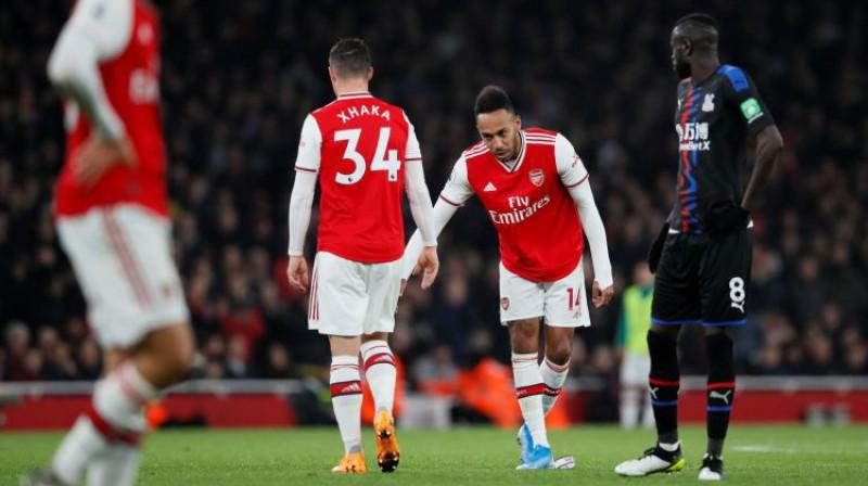 """Granits Džaka, Pjērs Emeriks Obamejangs un zemē nosviestais """"Arsenal"""" kapteiņa apsējs. Foto: Reuters/Scanpix"""