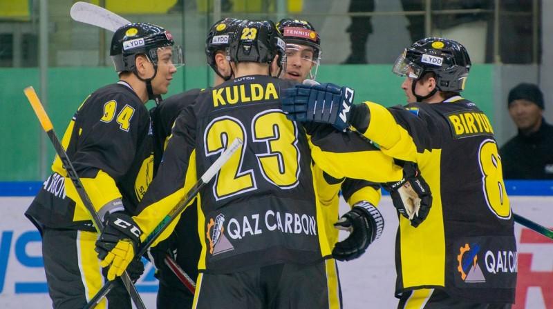 "Edgars Kulda un Karagandas ""Saryarka"" hokejisti. Foto: vhlru.ru"