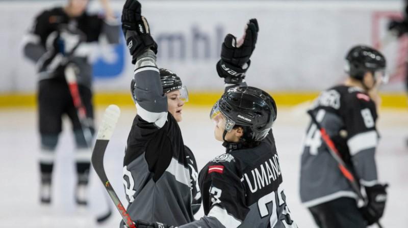 """""""Rīgas"""" hokejisti priecājas par vārtu guvumu. Foto: Kaspars Volonts"""