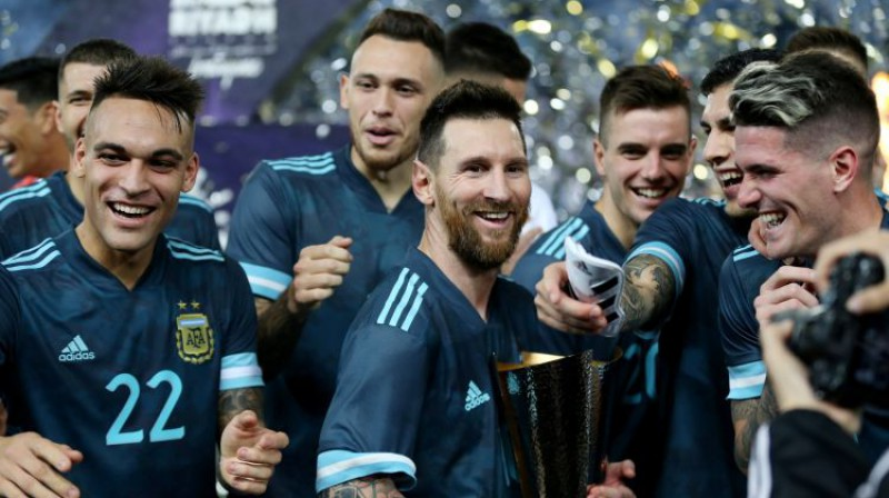 """Par uzvaru šajā pārbaudes mačā Argentīnas izlase saņēma """"Superclasico"""" trofeju. Foto: Reuters/Scanpix"""