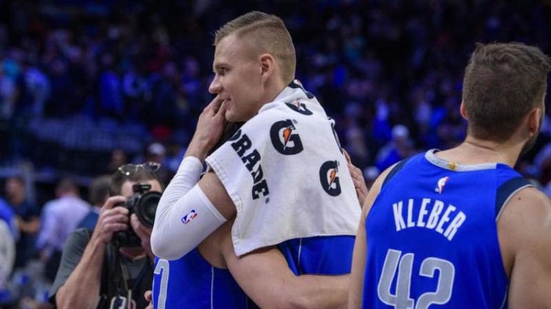 Kristaps Porziņģis pēc spēles apsveic Luku Dončiču. Foto: USA Today Sports/Scanpix