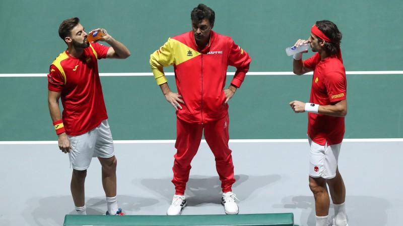 Marsels Granoljerss un Felisiano Lopess ar Spānjas komandas kapteini Serhi Brugeru. Foto: EPA/Scanpix