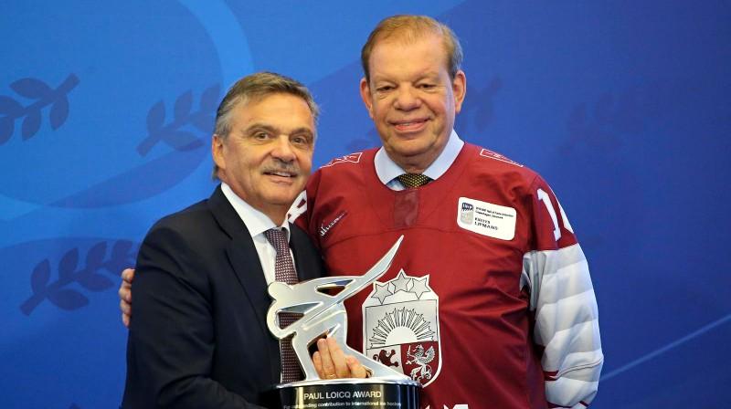 Renē Fāzels (Šveice) un Kirovs Lipmans (Latvija) ar IIHF Pola Luaka vārdā nosaukto balvu. Foto: Andre Ringuette / iihf.com