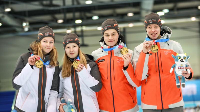 Jaunatnes ziemas olimpisko spēļu jaukto kērlinga komandu turnīra uzvarētāji No kreisās: Nora Oestgārda, Ingeborga Forbregda, Lukas Hoestmaelingens, Buraas Grunde Foto: WCF/Alina Pavlyuchik
