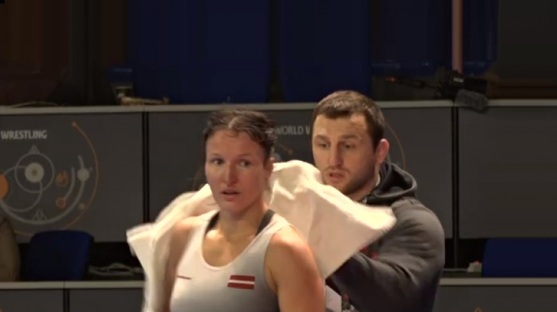 Anastasija Grigorjeva un treneris Armands Zvirbulis. Foto: United World Wrestling