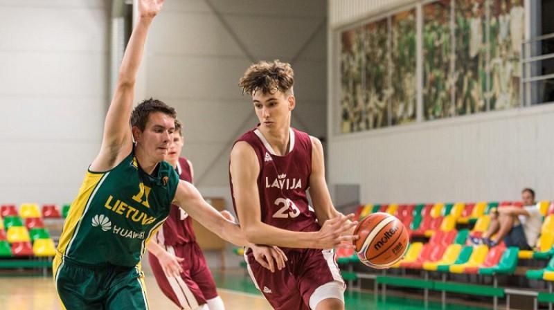 """Frederiks Meinarts spēlē pret Lietuvas """"zaļo"""" vienību. Foto: krepsinionamai.lt"""
