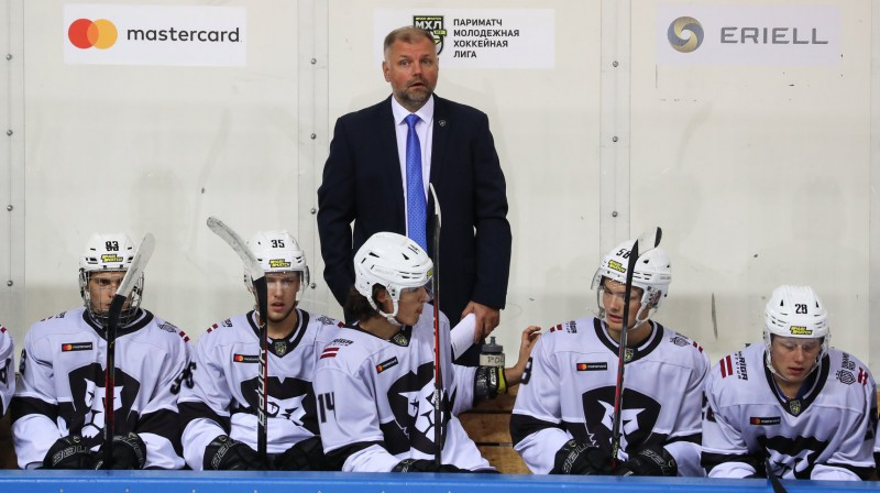 "Valērijs Kuļibaba un HK ""Rīga"" hokejisti. Foto: HKR.lv"