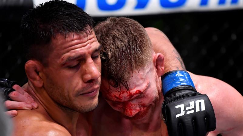 Rafaels Dos Anjoss (pa kreisi) un Pols Felders pēc cīņas. Foto: UFC