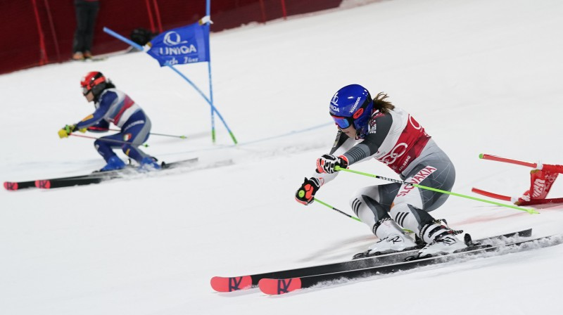 Petra Vlhova (pa labi) pret Federiku Brinjoni. Foto: AP/Scanpix