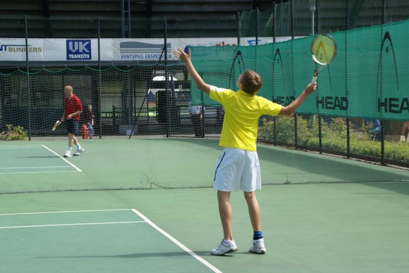 """Olimpiskā centra """"Ventspils"""" balvas izcīņa tenisā rit pilnā sparā"""