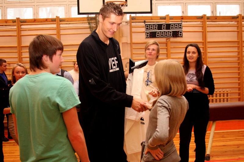 Basketbolists Kaspars Bērziņš atgriežas dzimtajā skolā