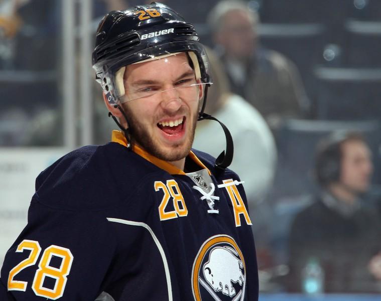 """Kapteiņa asistents Girgensons un """"Sabres"""" piekāpjas """"Islanders"""""""