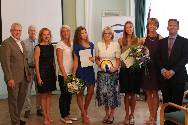 Graudiņa un Gramberga tiek sveiktas ar U17 PČ bronzas medaļām