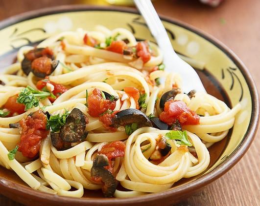 Pasta ar olīvām un baklažāniem
