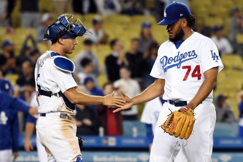 """""""Dodgers"""" izcīna septīto uzvaru un izvirzās līderos"""