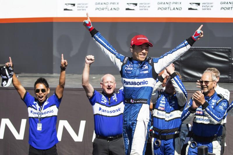 """Startējot no 20. vietas, Takuma Sato uzvar Portlendas """"Grand Prix"""""""