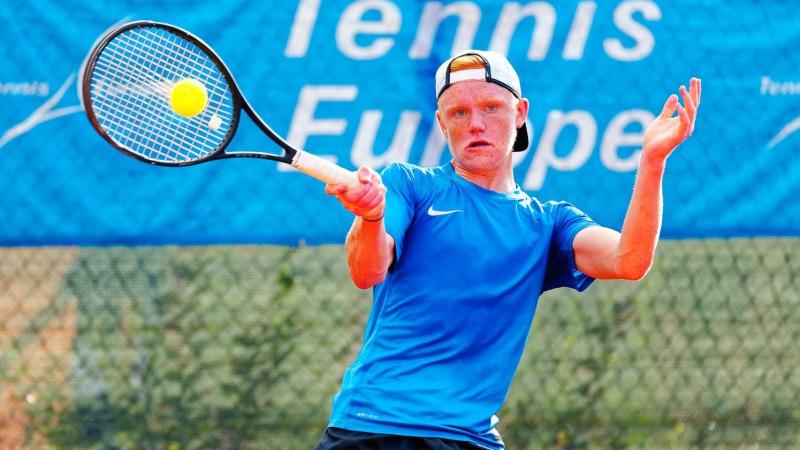 """Tenisists Linkuns-Morozovs izcīna otro vietu """"Junior Masters"""" turnīrā"""