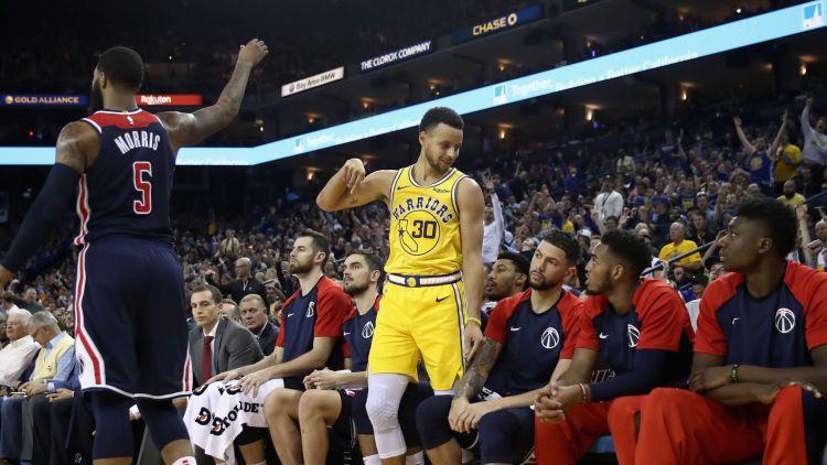"""Karijam 11 tālmetieni trīs ceturtdaļās, Džeimsam pirmā uzvara ar """"Lakers"""""""
