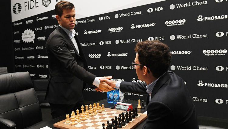 Cīņā par pasaules čempiona titulu šahā neizšķirts rezultāts saglabājas arī pēc 9. partijas