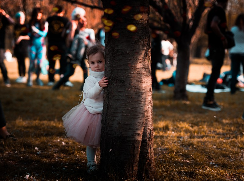 Kā iedrošināt kautrīgu un klusu bērnu