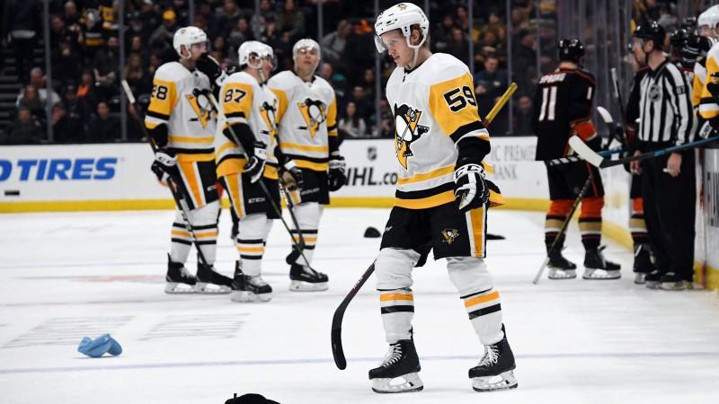 """Veiksmīgi spēlējošā """"Penguins"""" sagādā """"Ducks"""" 10. zaudējumu pēc kārtas"""