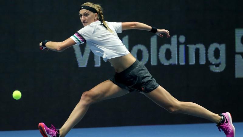Kvitova ar smagnēju finišu uzvar Azarenku, Šarapova izstājas savainojuma dēļ