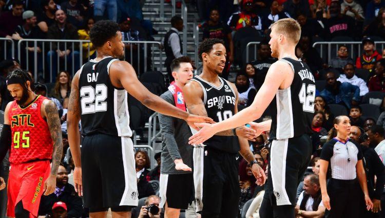 """Dāvim Bertānam deviņi punkti, """"Spurs"""" grauj Ņujorku un turpina uzvaru sēriju"""