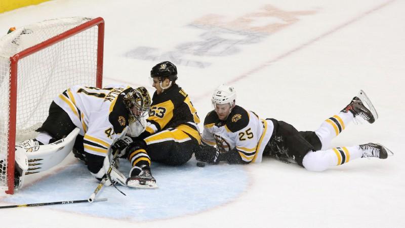 """Bļugeram rezultatīva piespēle mazākumā, Pitsburga pārtrauc """"Bruins"""" sēriju"""