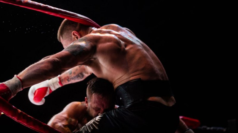 Kambala agresīvā cīņā tiek izgrūsts no ringa, bet uzvar Riekstiņu