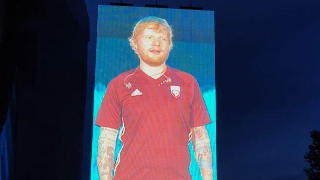Šīrans koncertā uzvelk Latvijas futbola izlases kreklu