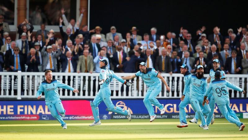 Dramatiskā finālā Anglijas izlase triumfē kriketa Pasaules kausā