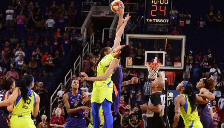 Gandrīz izceļas kautiņš WNBA spēlē, Grainere un vēl piecas spēlētājas tiek izraidītas