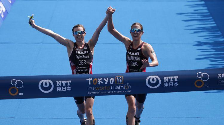 Triatlona uzvarētājas finišē reizē un par šādu rīcību tiek diskvalificētas