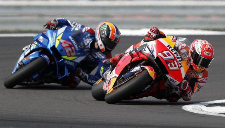 """""""Moto GP"""": Rins finišā taisnē dramatiski apsteidz Markesu un uzvar Silverstounā"""