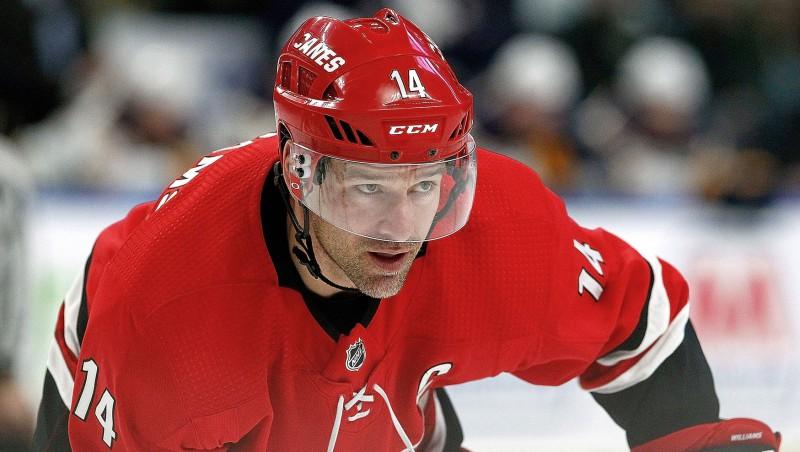 """""""Hurricanes"""" kapteinis Viljamss ieliek komatu, paņemot pauzi no hokeja"""