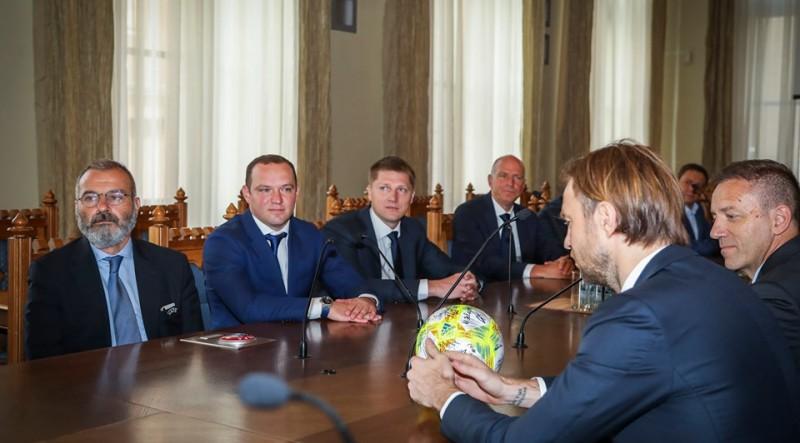 Gorkšs un Ļašenko kopā ar UEFA pārstāvjiem finālturnīra laikā viesojas pie Rīgas mēra Burova