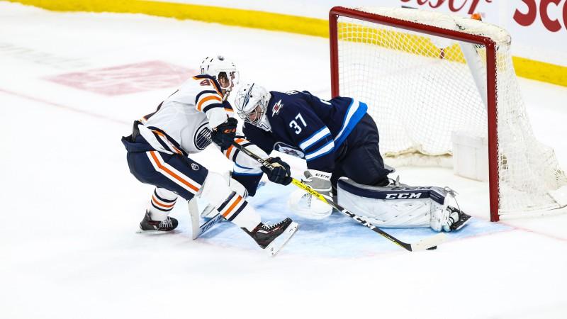 """Makdeivida """"Oilers"""" paliek sausā, """"Capitals"""" aizsargs Karlsons kļūst par NHL rezultatīvāko"""