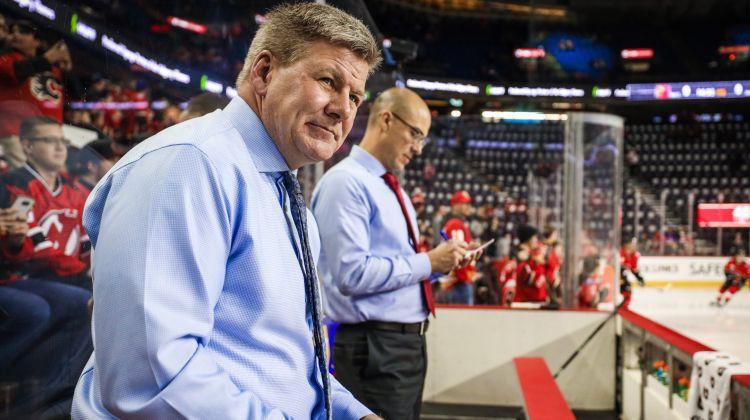 """Pamatīgā skandālā iekļuvušais Pīterss atkāpjas no """"Flames"""" galvenā trenera amata"""
