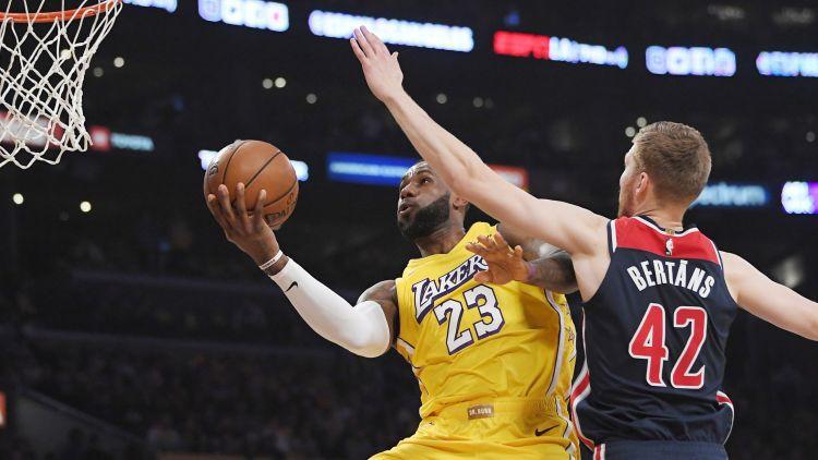 """Bertāns iemet divus tālmetienus, """"Wizards"""" nespēj apturēt """"Lakers"""""""
