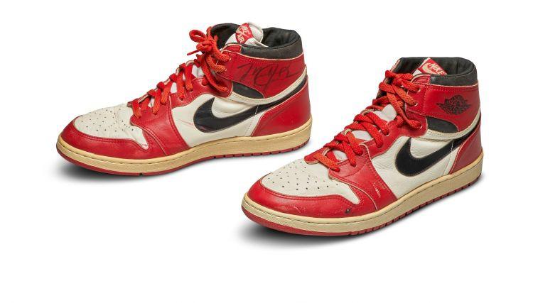 Par rekordsummu izsolē pārdotas Džordana 1985. gada sporta kurpes