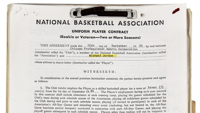 Izsolē par 57 tūkstošiem nopirkta Maikla Džordana pirmā līguma fotokopija
