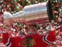 """Piekto reizi kluba vēsturē Stenlija kausu izcīnīja Čikāgas """"Blackhawks"""". Čikāgas komanda ar 77 punktiem kļuva par lokauta dēļ saīsinātās regulārās sezonas čempioni, bet pa ceļam līdz Stenlija kausam uzvarēja arī Minesotas """"Wild"""" (4-1), Detroitas """"Red Wings"""" (4-3, atspēlējoties no 1-3), Losandželosas """"Kings"""" (4-1) un Kaspara Daugaviņa pārstāvēto Bostonas """"Bruins"""" (4-2). Par Stenlija kausa vērtīgāko spēlētāju tika atzīts Patriks Keins, bet regulārajā sezonā rezultatīvākā spēlētāja balvu ieguva Martēns Senluī (17+43)."""