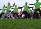 Video: Rīgas bērni jautrā noskaņojumā vingro Olimpiskajā dienā