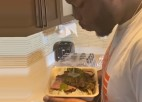 Video: MMA cīkstonis sulīgi iespļauj pretinieka ēdienā